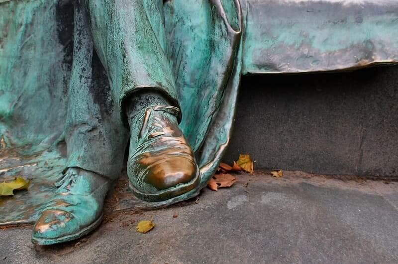 革靴 ブロンズ像