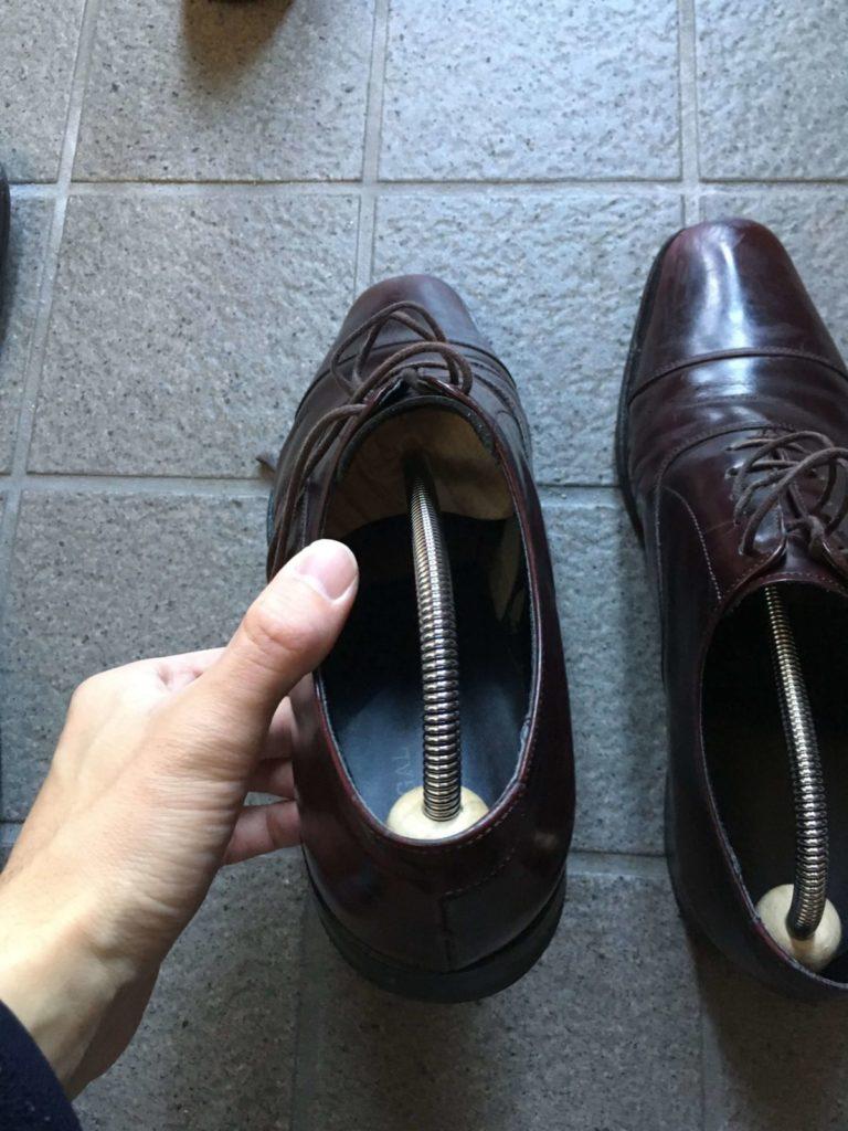 シューツリーを入れた革靴